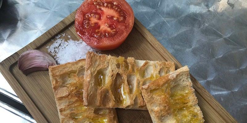 brood en tomaat met knoflook