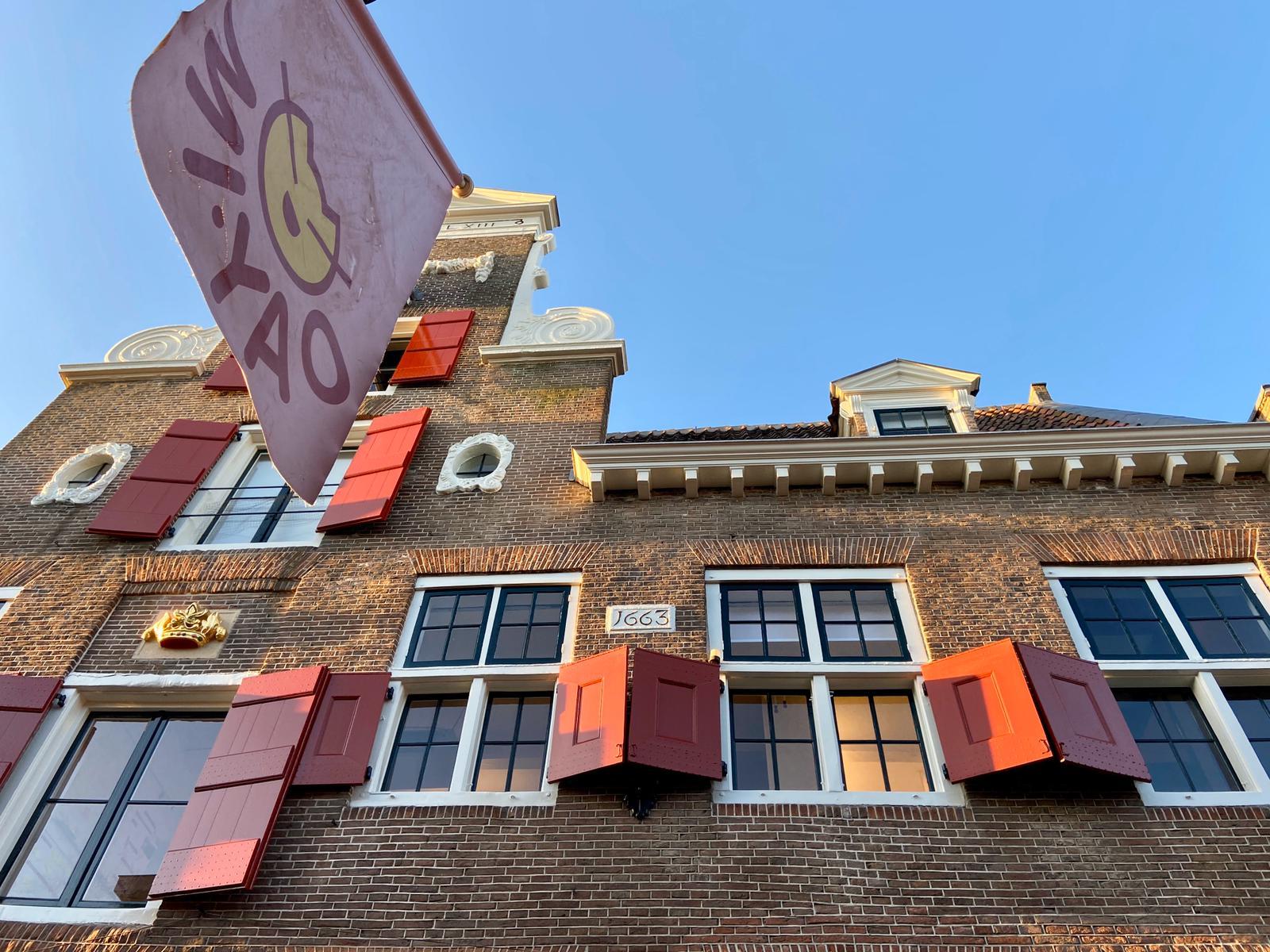 De vlag van Mi-yao in de Krommestraat. Foto: Ingelise de Vries